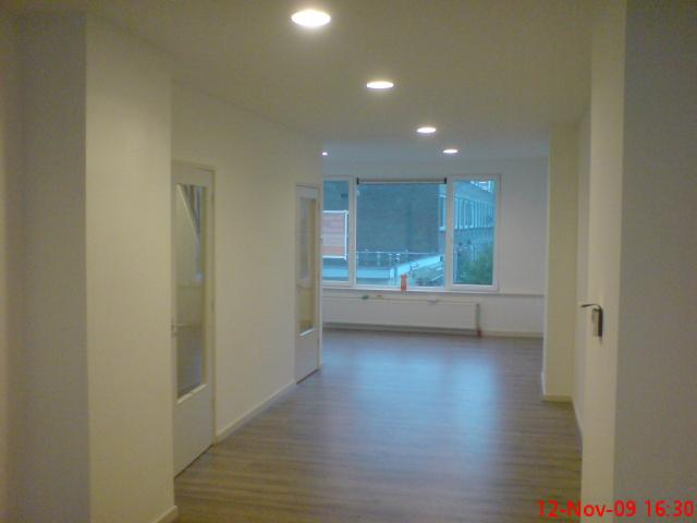de woonkamer voorzien van nw. plafonds, verlichting, stucwerk en ...